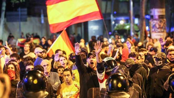 Manifestación de ultras y contramanifestación antifascista en la plaza de Artós, en Barcelona.