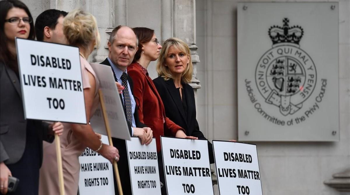 Manifestantes contra el aborto se concentran ante el Tribunal Supremo, en Londres.