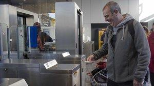Marc Amaro, usuario habitual de Ferrocarrils,valida su billete en la estación de Sant Cugat, esta mañana