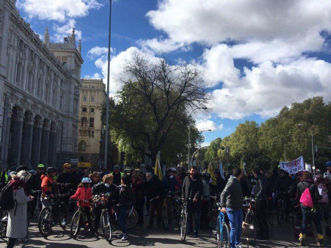 Marcha ciclista para pedir un carril bici segregado en el Paseo de la Castellana en Madrid.