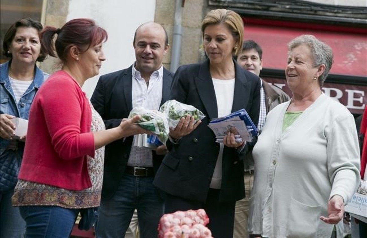 La secretaria general del PP, María Dolores de Cospedal, este jueves en Galicia.
