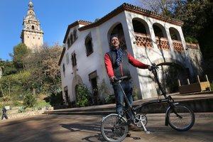 Mark Scrancher, dueño de The Bike Club, ante la masía secreta del Jardí Botànic Històric que se esconde tras el Palau Nacional de Montjuïc.