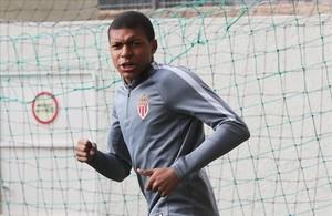 Mbappé, durante el entrenamiento del Mónaco este martes en el estadio Luis II.