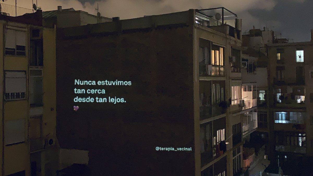 Mensaje proyectado sobre la fachada de un edificio para animar a los vecinos durante el confinamiento.