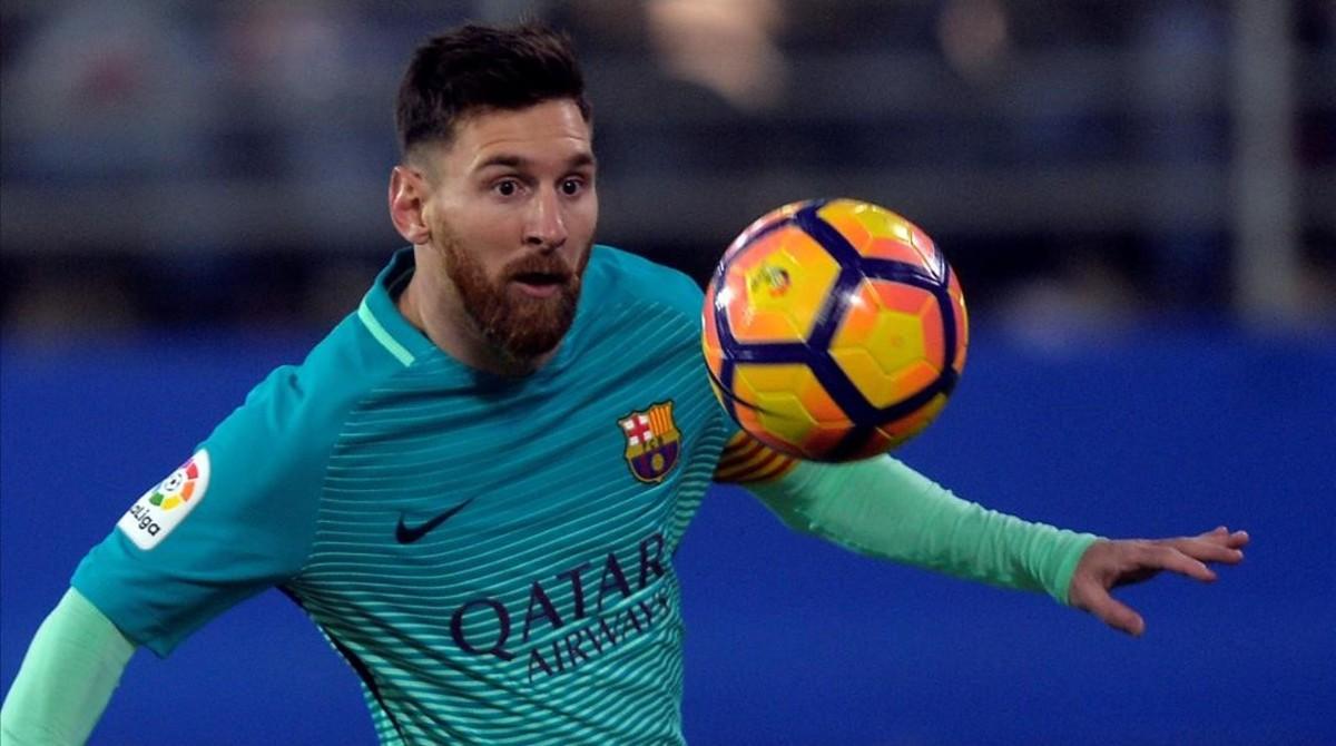 Messi conduce el balón durante el partido contra el Eibar.