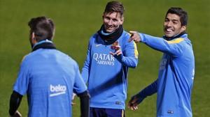 Messi y Suárez bromean con Piqué, de espaldas, en el primer entrenamiento del Barcelona en Yokohama.
