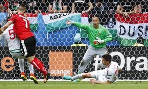 El meta húngaro Kyrali, en una acción del partido ante Austria.
