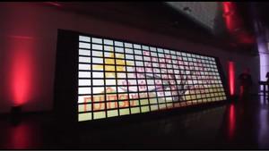 Vista del gigantesco mural creado con tabletas animadas por Fujitsu y sus clientes, en el Museo BMV de Múnich.
