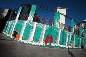 Mural ubicado en la plaza Sant Ildefons de Cornellà, obra de Pilar Ruiz y Marta Rosell