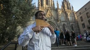 Un músico callejero ante la Catedral de Barcelona.