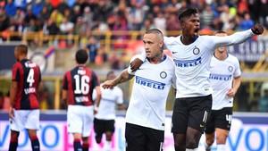 Nainggolan es felicitado por su compañero, el senegalés Keita Balde, tras marcar el 0-1.