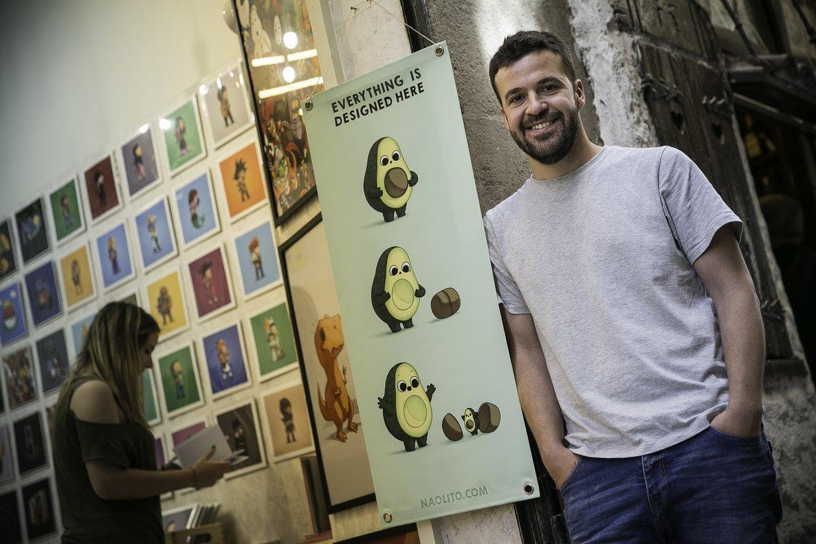 Nacho Díaz posa junto a sus míticos aguacates en Naolito.com (Llibreteria, 18).