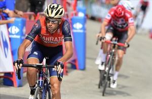 Vincenzo Nibali araña la bonificación (cuatro segundos) ante Chris Froome, en La Pandera.