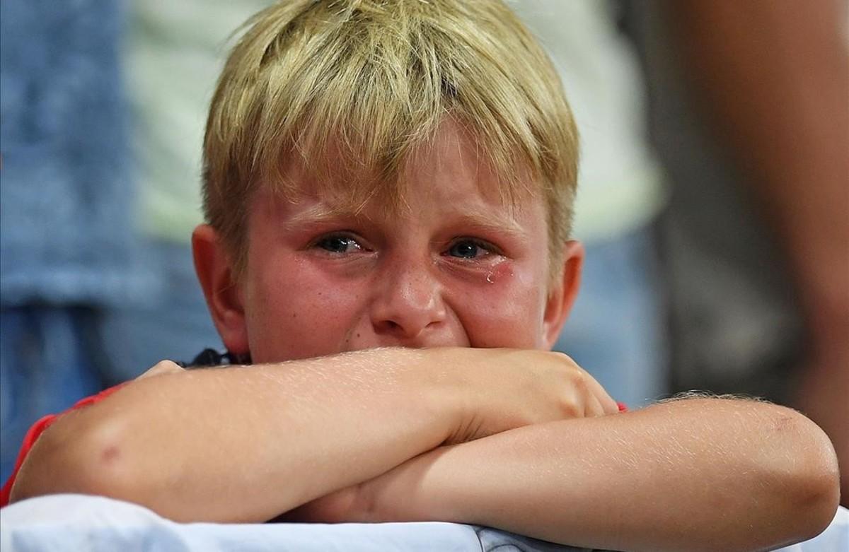 Un niño llora la eliminacón de Inglaterra en el estadio Allianz Riviera en Niza.