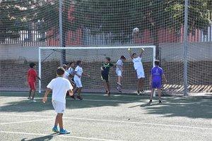 Niños jugando al fútbol.