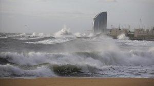 Oleaje en la playa de la Mar Bella, en Barcelona.
