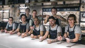 Francesc Beltri, en el centro de la fotografía, rodeado de su equipo, dispuestos a comer (y a comérselo).