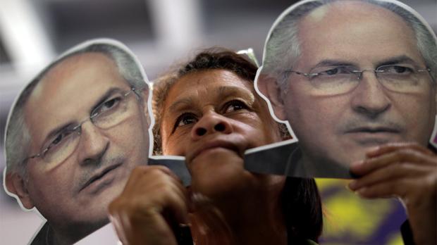 El opositor Ledezma sale de prisión y regresa al arresto domiciliario en Caracas