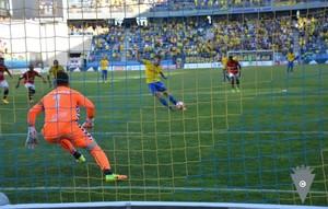 Ortuño, del Cádiz, ejecuta y falla un penalti ante Reina, del Nàstic.