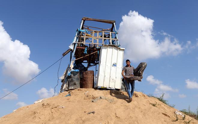 Un palestino quita una silla en un puesto de observación de Hamás que fue blanco del bombardeo israelí, en Khan Younis, en el sur de la Franja de Gaza, el 21 de julio del 2018.