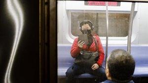 Un pasajero lleva una máscara en el metro de Nueva York este martes.