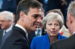Pedro Sánchez junto a la premier británica, Theresa May, en la cumbre de la OTAN.