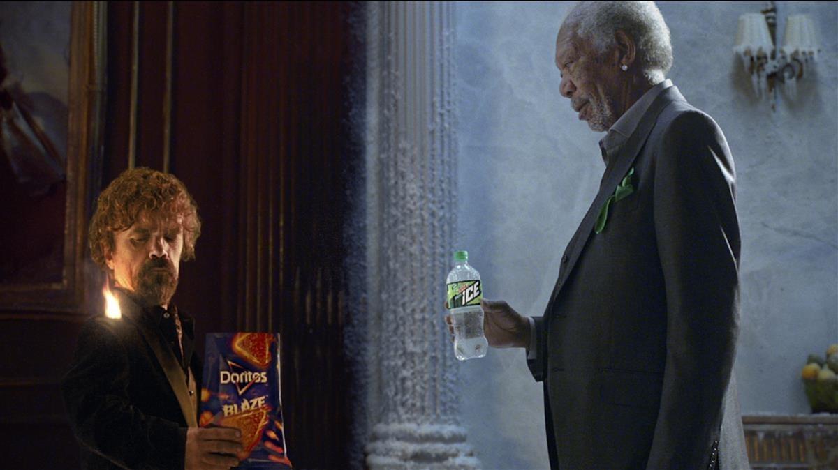 Peter Dinklage y Morgabn Freeman, en uno de los espots publicitarios que aparecierondurante la retransmisión de la Super Bowl.
