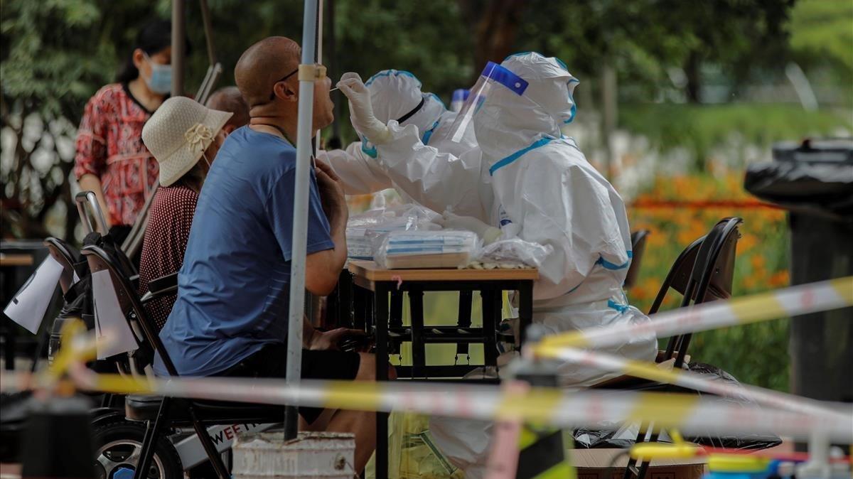 Personal sanitario realiza pruebas para detectar casos de covid-19 entre la población de Pekín.