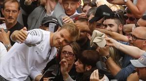 El piloto alemán Nico Rosberg se toma fotos con seguidores, este jueves en el Circuit.