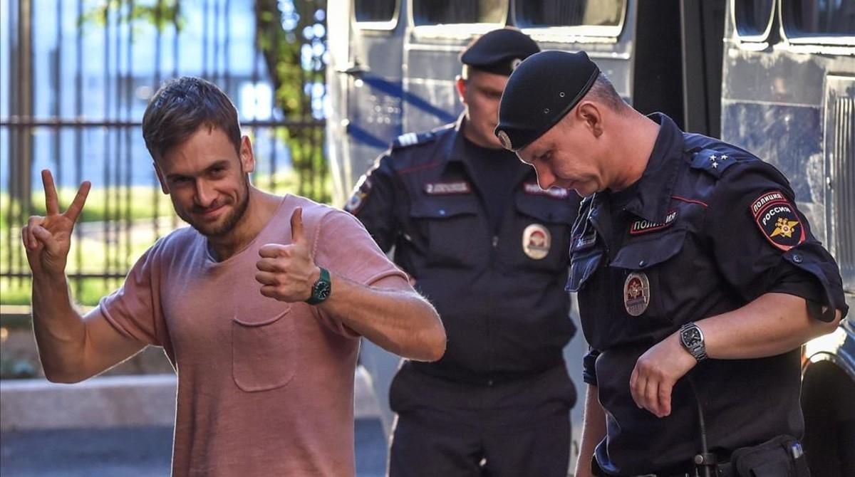 Piotr Verzílov, activista de Pussy Riot, se dirige a una audiencia en Moscú mientras los miembros del grupo ruso de protesta son acusados de perturbar el orden público después de invadir el campo durante la final de la Copa del Mundo.