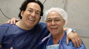 Pipi Estrada posa con el anestesista que le ha atendido en la intervención quirúrgica.