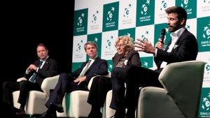 Piqué habla en Madrid ante la alcaldesa Carmena y el presidente de la Comunidad, Ángel Garrido.