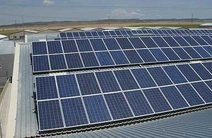 Planta fotovoltaica en un polígono industrial.