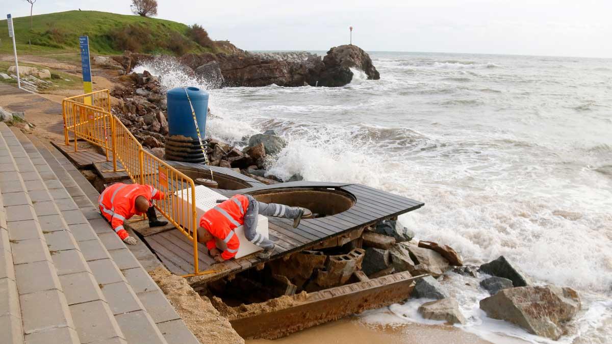 La playa de Montgat, muy afectada por el fuerte temporal de lluvia.