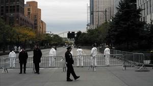 La policía científica busca pruebas en el lugar del atentado.