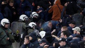 La policía griega interviene en las gradas del estadio del AEK de Atenas tras los incidentes provocados por los ultras.