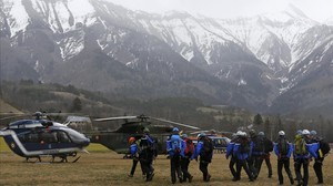 Policies i agents de la Gendarmeria alpina es disposen a pujar a helicòpters per seguir amb les tasques de rescat, a prop de Seynes-les-Alps, aquest dimarts.