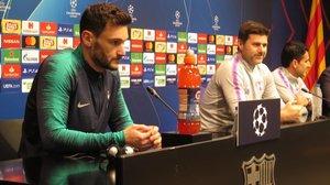 El portero Hugo Lloris y el técnico Maurcio Pochettino, hoy en la sala de prensa del Camp Nou.