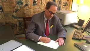 El 'president' Quim Torra firma el decreto de nombramiento del nuevo Govern.
