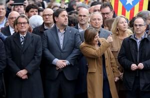 La presidenta del ParlamentCarmeForcadell, junto al vicepresidente Oriol Junqueras y el expresident Artur Mas, el pasado 16 de diciembre, a las puertas del tribunal.