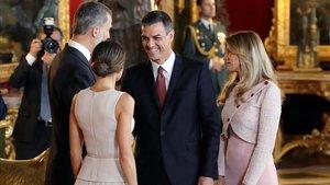 El presidente del Gobierno, Pedro Sánchez, saludando a los Reyes junto a su esposa, en los fastos del 12-O
