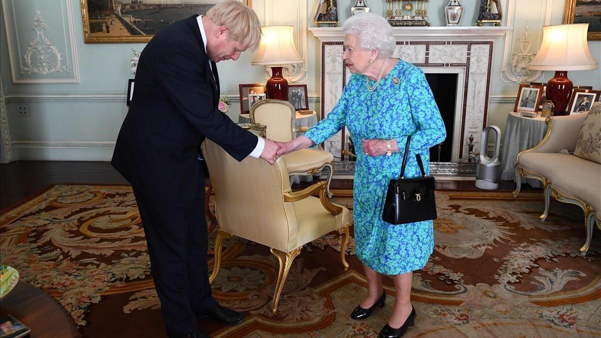 El Primer Ministro Británico Boris Johnson saluda a la Reina Elizabeth II.
