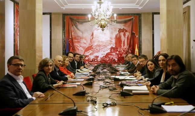 Representantes del PSOE, Podemos, Compromís e Izquierda Unidea-Unidad Popular se reúnen en la sala Sert del Congreso.