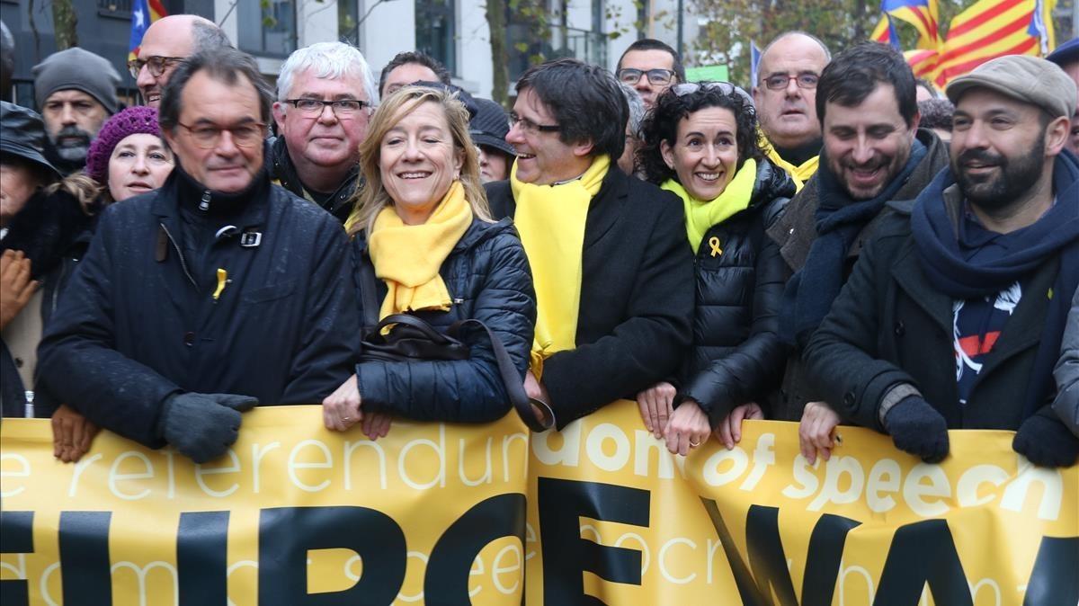 Puigdemont y Marta Rovira, en el centro de la cabecera de la manifestación del 7-D en Bruselas.