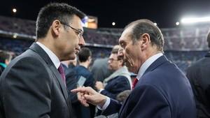 Quini saluda a Josep Maria Bartomeu en una visita al Camp Nou.
