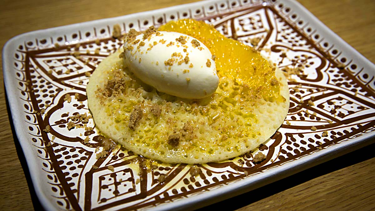 Así hacen la receta de 'baghrir' en el restaurante Zinbar.