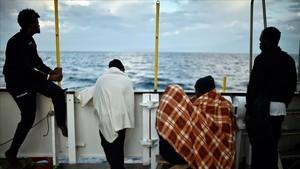 Foto de archivo de un grupo de refugiados a bordo del barco Aquarius.