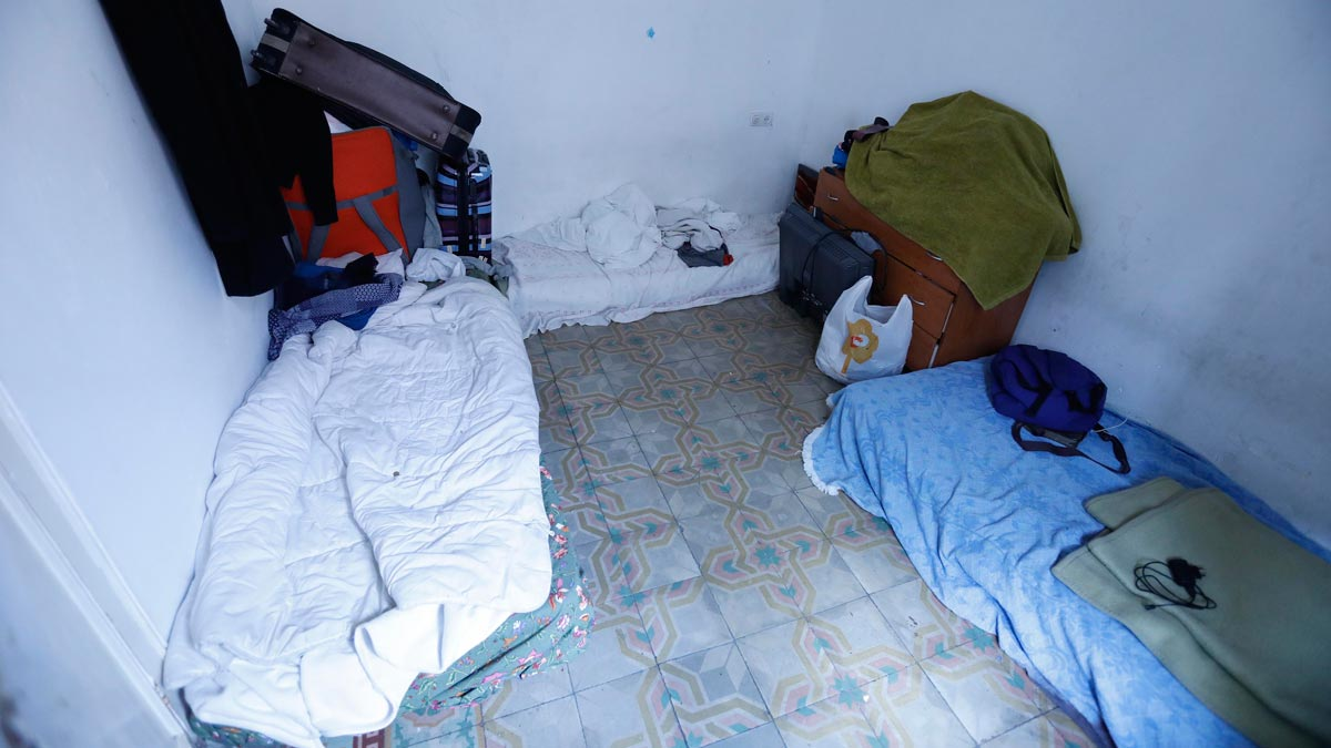 En este piso del Poble-sec viven amontonadas diez personas. La limpeza es imposible.