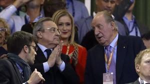 El Rey emérito Juan Carlos conversa con Florentino Pérez, el presidente del Madrid, en el palco de Cardiff.