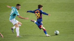 Riqui Puig es perseguido por Moncayola en el Barça-Osasuna del Camp Nou.
